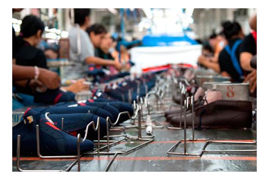 Trabajadores en fabrica de calzado