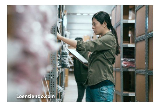 Trabajadora china en almacén