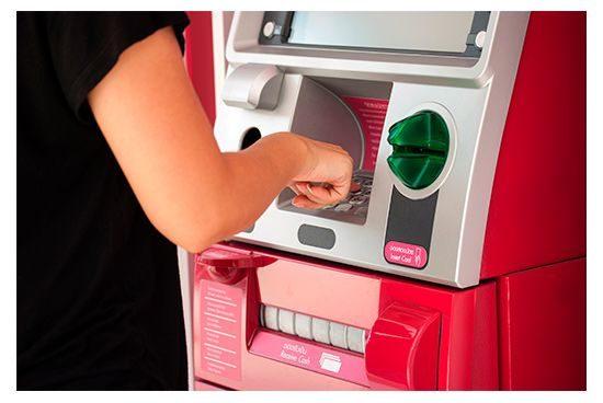 Mujer sacando dinero de un cajero