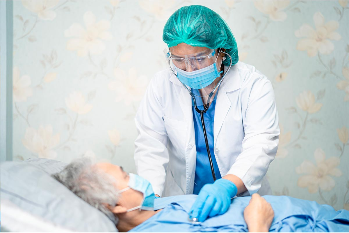 Sanitario atendiendo paciente covid-19