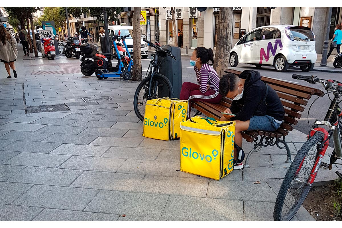 Repartidores de Glovo esperando recibir encargos