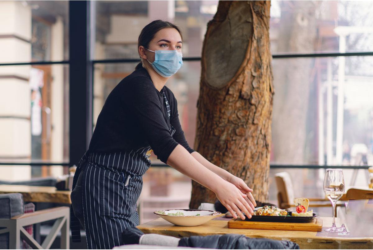 Trabajadora de hostelería con mascarilla